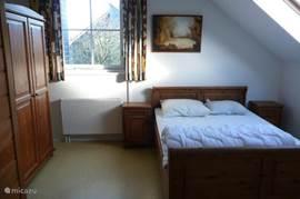 Landelijk ingerichte slaapkamer met 2-persoonsbed.  Eerste verdieping.