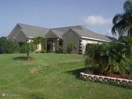 Heerlijke villa met rondom tuin en aan de achterzijde (zwembad zijde) veel privacy door de palmen en de overige bomen!