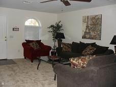 Zalige lichte huiskamer met uitzicht op de lanai en het zwembad! TV, DVD en lekker internetten.