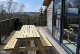 Er zijn twee tafels met zitgelegenheid op het terras.