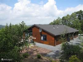 Large and comfortable house on a large plot in the middle of the woods. On the sunny terrace is a parasol and barbeque.
