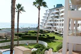 Great apartment right on the beach on a 9-hole golf estate. 30 minutes from Cape Town airport and 20 minutes from wine country (including Stellenbosch). Free use of tennis court and swimming pool. 3rd floor, with elevator.