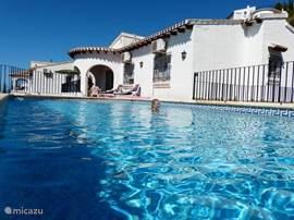Aanzicht huis en zwembad.
