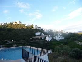 Zonnige dag in Monte Pego. Uitzicht vanuit terras op de zwembad en de berg.