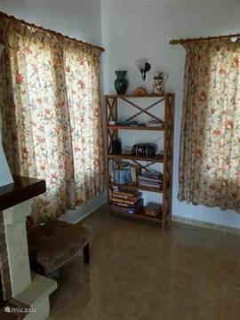 Boekenkast in de woonkamer.
