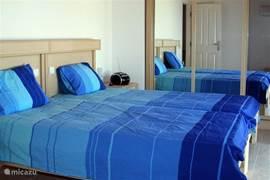 Boven vindt u deze ruime 2-persoons slaapkamer...