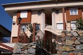 De duplexwoning Barinak is een van de vier woningen in deze 'villa'.