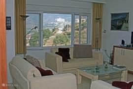 De modern ingerichte woonkamer biedt een prachtig uitzicht over de Middellandse Zee en Alanya.