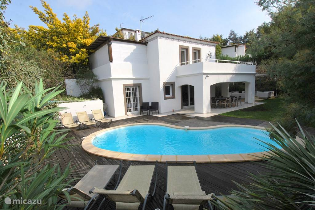 Detached house in a quiet area, with four bedrooms of approximately 160 m2 on 2 levels with private pool, very nice and modern furnishings: living room, modern kitchen, spacious garden around 500m2, 4 bedrooms, 3 bathrooms, all bedrooms have air conditioning.