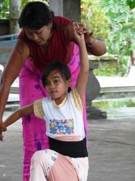 Oka Kartika, echtgenote van onze beheerder geeft les in Balinese dans aan de dorpskinderen