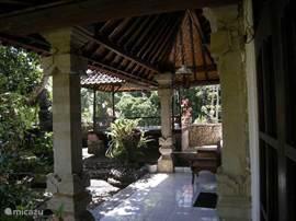 Binnenplaats met terras voor slaapkamer 2 en bale (verhoogd zitterras)