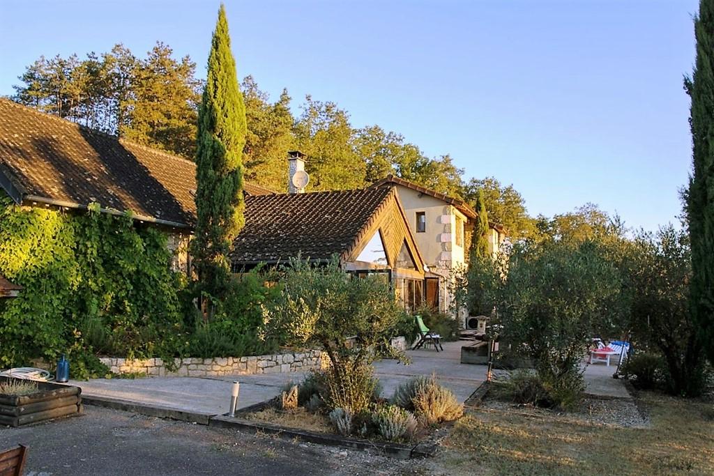Privé binnenzwembad (verwarmd), privé buitenzwembad, privé tennisbaan, dit alles nu met 40% korting (tot 6ps), boek nu het prachtige huis Montignac!