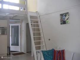 de andere kant van de kamer met trap naar vliering