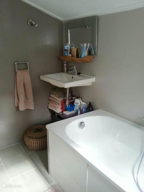 moderne wasbak in deze heerlijke badkamer