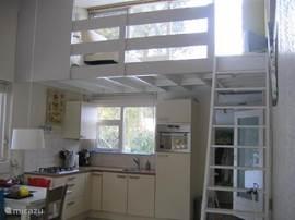 de keuken met daarboven de vliering