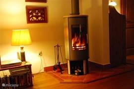 Laat de kou maar komen! De houtkachel zorgt dat u het niet koud zult krijgen. Het huis wordt verder verwarmt met elektrische kachels (dit is helaas niet anders mogelijk en moet extra betaald worden). Per juni 2011 hopen wij dat de houtopslag klaar is en kunt u hout (tegen betaling) gebruiken voor d