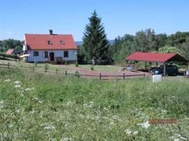 Huize Bara ligt op een heuveltje in het mooie dorpje Bozanov. Het huis is van alle gemakken voorzien en geschikt (ruim) voor 6 personen. De ruime tuin is gezellig ingericht, het gras wordt gemaaid zodat de kinderen lekker kunnen spelen.