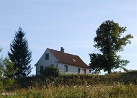 huize bara ligt op een heuveltje