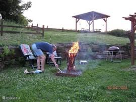In de tuin kunt u maar kiezen waar u wilt zitten; aan de picknicktafel of boven in het prieeltje of toch in een luiere stoel of de hangmat? Wordt het wat kouder dan kunt u de vuurkorf altijd nog stoken! Ook altijd weer een feest voor de kinderen!
