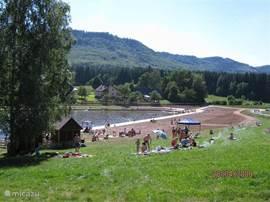 Lekker een dagje in en aan het water: Op 4 km afstand (parkeren vlakbij mogelijk) vindt u net over de grens met Polen een leuk meertje. Hier kunt u zwemmen, vissen(forel) en de vis direct (laten) bakken en opeten. Het meertje en de directe omgeving zijn in 2010 helemaal opgeknapt en het ziet er nu