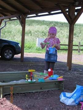 Uw kinderen amuseren zich heerlijk in de tuin met de zandbak, glijbaan en schommel. U kunt er heerlijk bij gaan zitten of heerlijk in de hangmat gaan liggen! Zo kunt u zelf ook lekker een boek lezen en tegelijk de kinderen in de gaten houden.