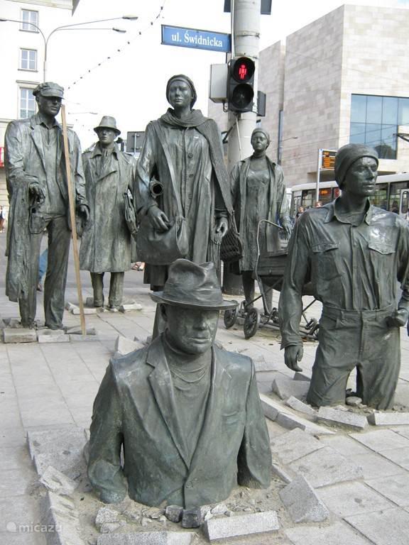 nog meer kunst in Wroclaw; bij de kruising gaan de beelden naar beneden