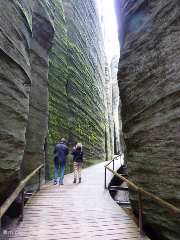 hoge uitgesleten rotswanden
