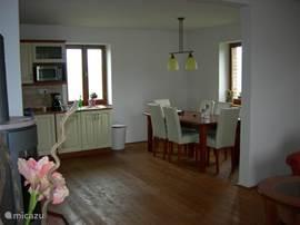 Overzicht van de keuken en de eethoek. Vanuit alle ramen in het huis heeft u een mooi uitzicht!