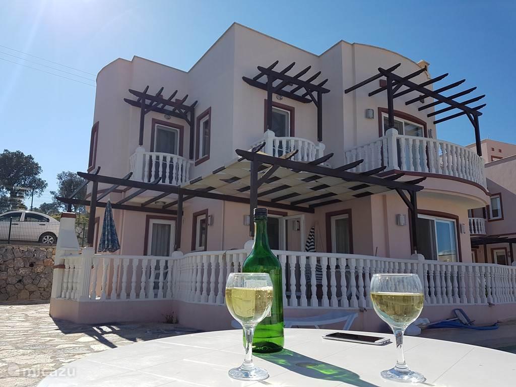 Luxe ingerichte Villa met privé zwembad en diverse terrassen, op het 5* vakantiepark Lakeside Garden'. Gelegen tussen het betoverende Tuzla meer en de turquoise blauwe Egeïsche Zee, op 20 min. vanaf het vliegveld en 25 km. vanaf het bruisende Bodrum.