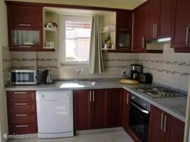 Keuken - zeer compleet ingericht met vaatwasser, hete luchtover, magnetron, waterkoker, toaster etc.