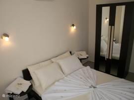 Slaapkamer met tweepersoonsbed, begane grond.