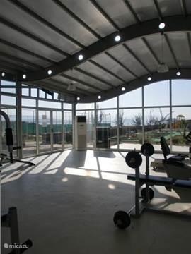 Fitnessruimte. Voor de sportievelingen onder ons is er de GYM, deze is uiteraard voorzien van airco en kunt u gratis gebruiken.