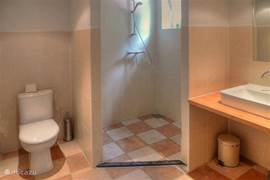 Vier luxe badkamers met douche en toilet. Handoeken gratis.
