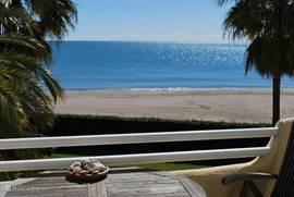 Balkon met uitzicht op het zandstrand