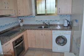 Keuken volledig vernieuwd in 2011. 4-zone keramische kookplaat, magnetron, waterkoker, koelkast met vriesvak, Miele wasmachine. Potten, pannen, servies en bestek zijn aanwezig