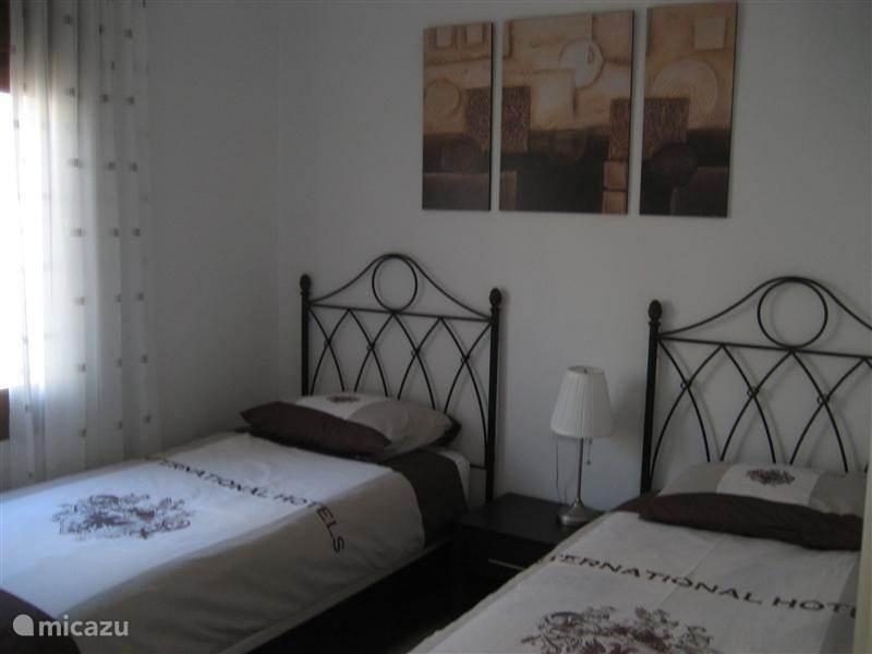 Tweepersoons slaapkamer, met 2 éénpersoonsbedden voorzien van opbergruimte onder de bedden, tevens is de kamer voorzien van een ruime inbouwkast. En een plafondventilator voor de warme dagen.