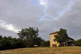 Prachtig geheel gerestaureerde 'no worries' oude vrijstaande boerderij Villa Figurati. Omgeven door wijnvelden en hazelnootbomen op glooiende heuvels biedt deze villa een oase van rust en dromerige vergezichten.