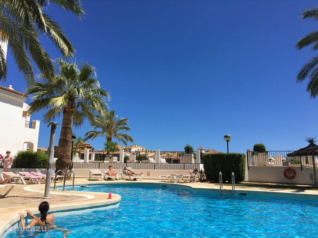 Te huur luxe en prachtig gelegen appartement 300 mtr van de Mid. Zee en jachthaven in Spanje. Appt is van alle gemakken voorzien en  heeft een prachtig uitzicht op zee en zwembad met tuin en ligstoelen. Altea en en badplaats Calpe op 10 min rijafstand.