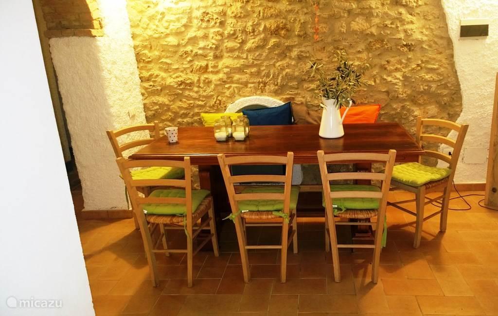 Aparte eethoek voor 8/9 personen in vakantiewoning Casa al Pino. Aan deze ruime zit een cantina vast uitgehouwen in de heuvel, wordt gebruikt als wijnkelder.