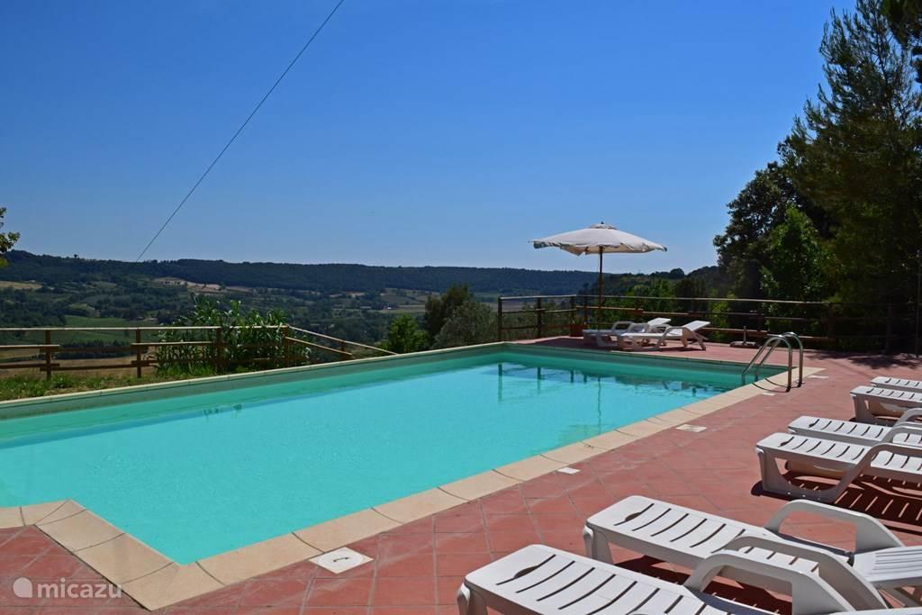 Zwembad Casa al Pino met panoramisch uitzicht.