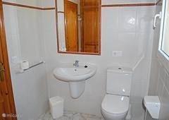 tweede badkamer met wastafel, douche, toilet, inbouwkast
