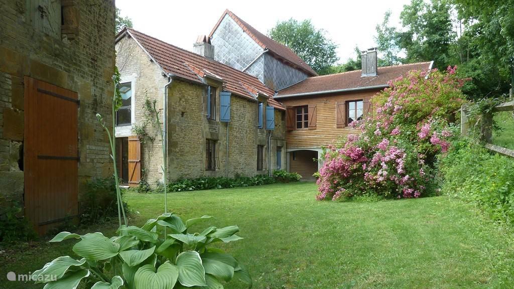 Deze rustieke molen uit 1813 ligt tegen het heuveldorp Tourteron aan op de grens van de Franse Ardennen en de Champagne-streek.