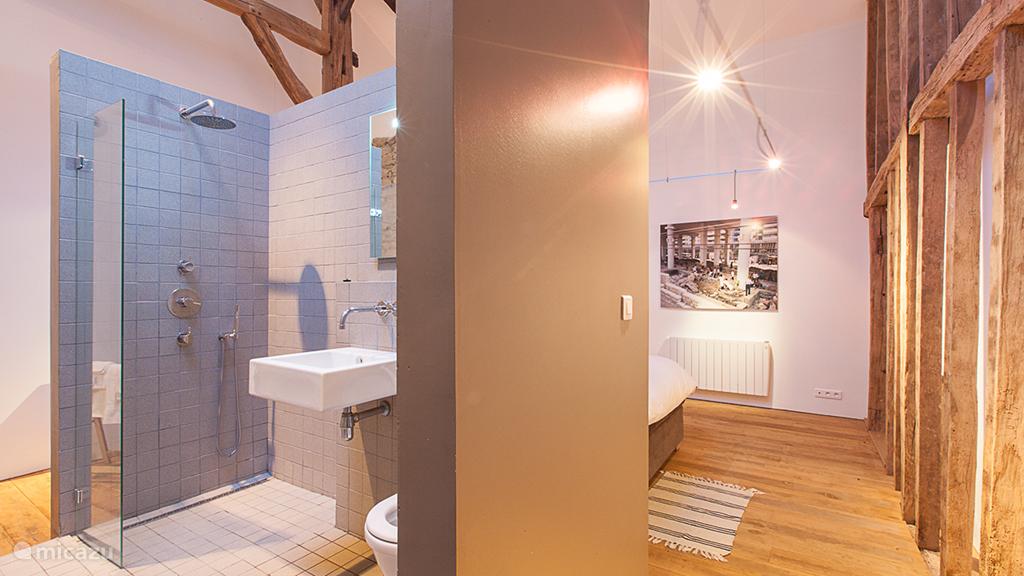 Elke slaapkamer heeft een eigen badkamer met toilet en douche.