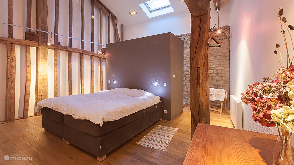 Wat wij Slaapkamer 2 noemen met de oorspronkelijke houten constructie.