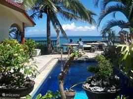 Het zwembad voor de deur; slechts een paar stappen van de zee vandaan. Met een trapje van 5 treden sta je op het strand.