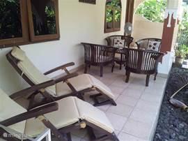 De veranda met twee heerlijke deckchairs en een zitje.