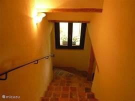 Trap naar de 2 romantische slaapkamers boven