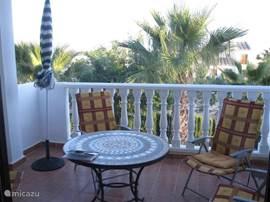 Ruim, zonnig balkon. Luifel rondom. Uitzicht op tuin, palmbomen en park. Het uitzicht op zee is ingenomen door steeds hoger wordende palmbomen. Wel zeezicht vanaf het dakterras. Mooie zonsopgang vanaf het balkon en verder tot in de middag zon. Tijdens de siësta waait er vaak een verkoelende wind.