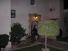Ingang appartementengebouw B met prachtig vormgegeven voortuin.