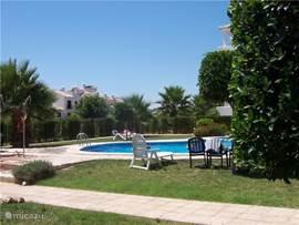 Mooie, zonnige, gemeenschappelijke tuin met zonneweide, ligstoelen, groot zwembad en kinderzwembad.  Het appartement is rustig gelegen in een van de mooiste wijken van Villamartin.